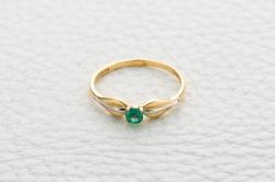 Кольцо Simple из желтого золота с изумрудом