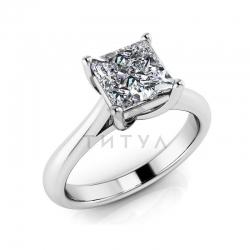 Помолвочное кольцо из белого золота с большим муассанитом